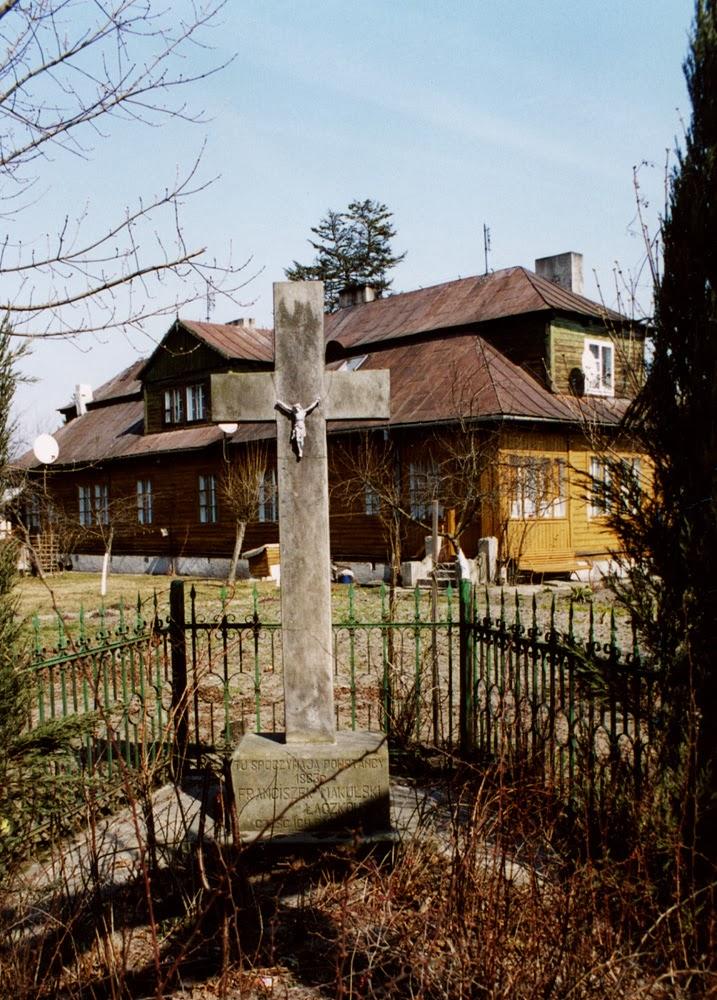 Końskie ul. Partyzantów, krzyż powstańców styczniowych,  rok 2003. Foto. KW.