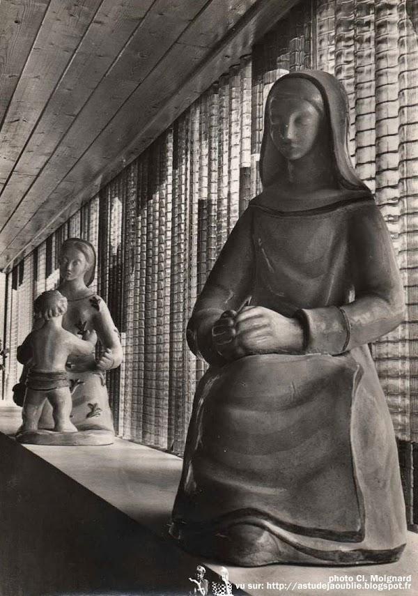 Fontaine-les-Grès - Église Sainte-Agnès  Architecte: Michel Marot  Céramiste-Sculpteur: Andrée Dienis  Vitraux: Jean-Claude Vignes (peinture sur panneaux de verre ondulés)  Construction: 1955 - 1956