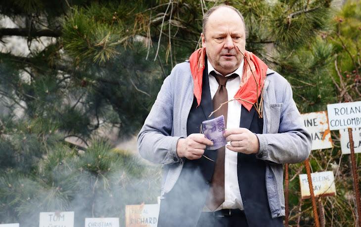 Il jette dans le feu le vrai faux billet de Farinet