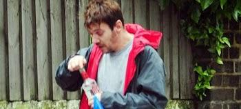 Σε τραγική κατάσταση καλλονός ηθοποιός: Αξύριστος, με παραπάνω κιλά, με τη βότκα στο χέρι στον δρόμο ~ εικόνες