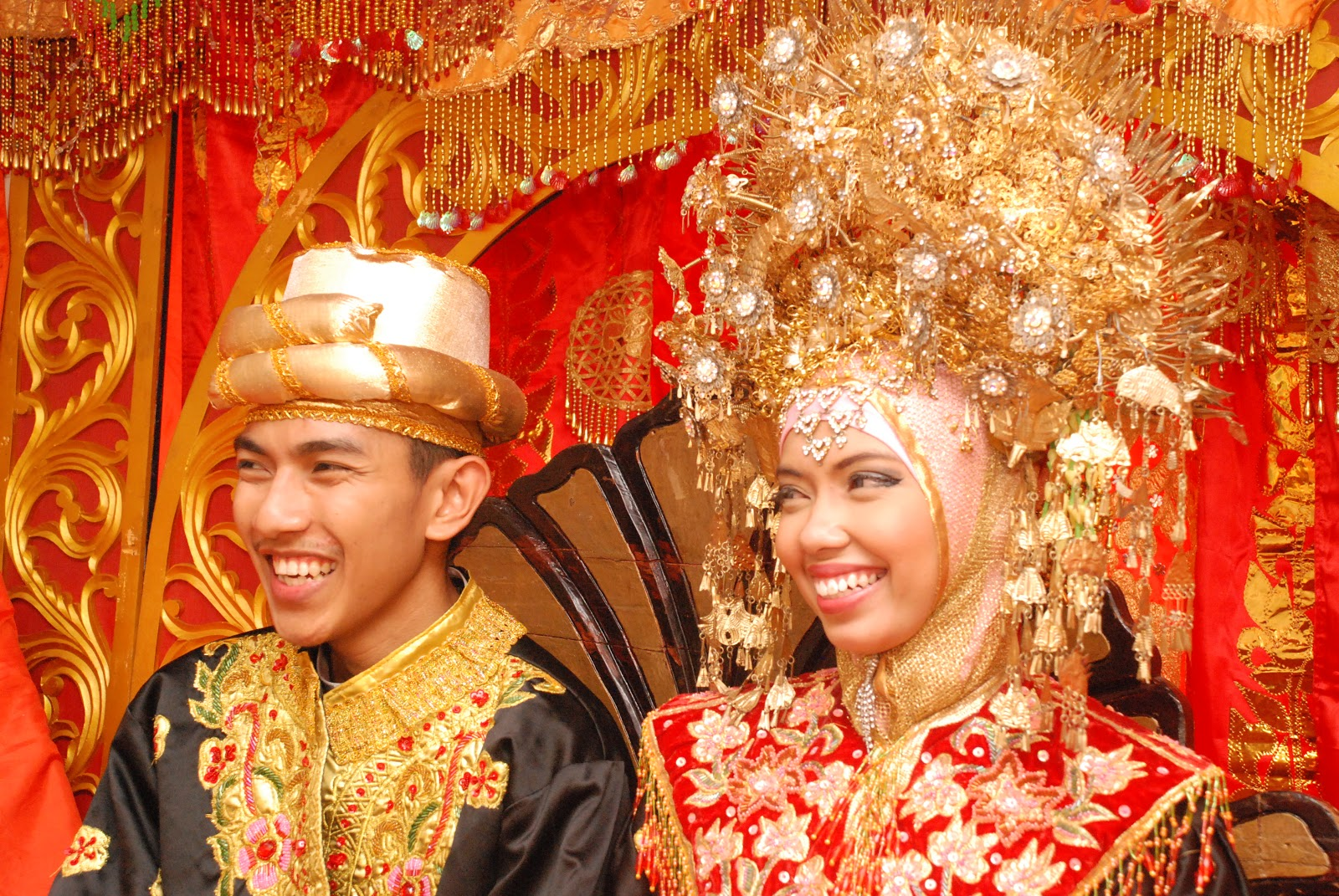 KAK NITA IN THE HOUSE: PAKAIAN PENGANTIN MINANGKABAU