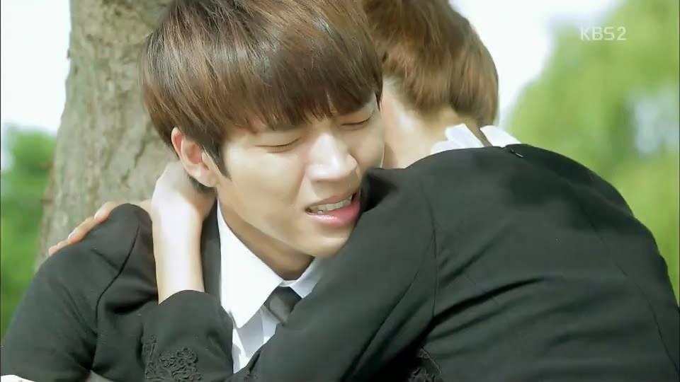kemudian Seul Bi memeluk Woo Hyun, mereka menangis bersama.