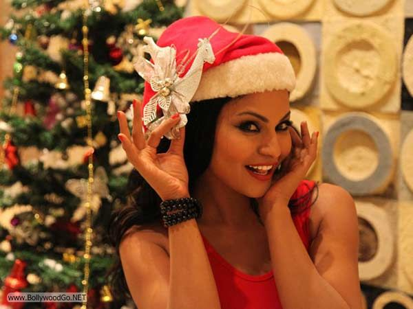 veena+malik+christmas+2012+(4)