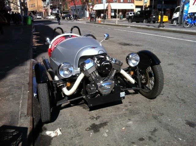 Morgan 3 Wheeler: motor e suspensão dianteira expostos - um carro misturado com uma moto.
