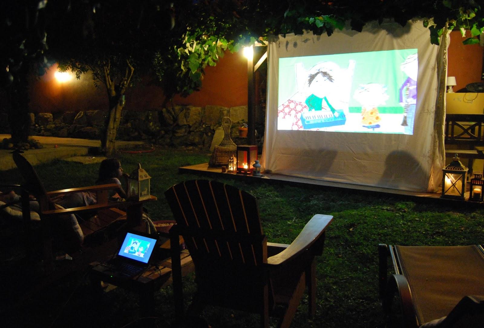 cine de verano en casa. Movie night outdoors