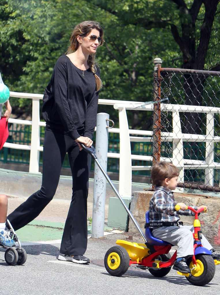 Gisele Baby Bump Gisele Bundchen Shows Off Baby