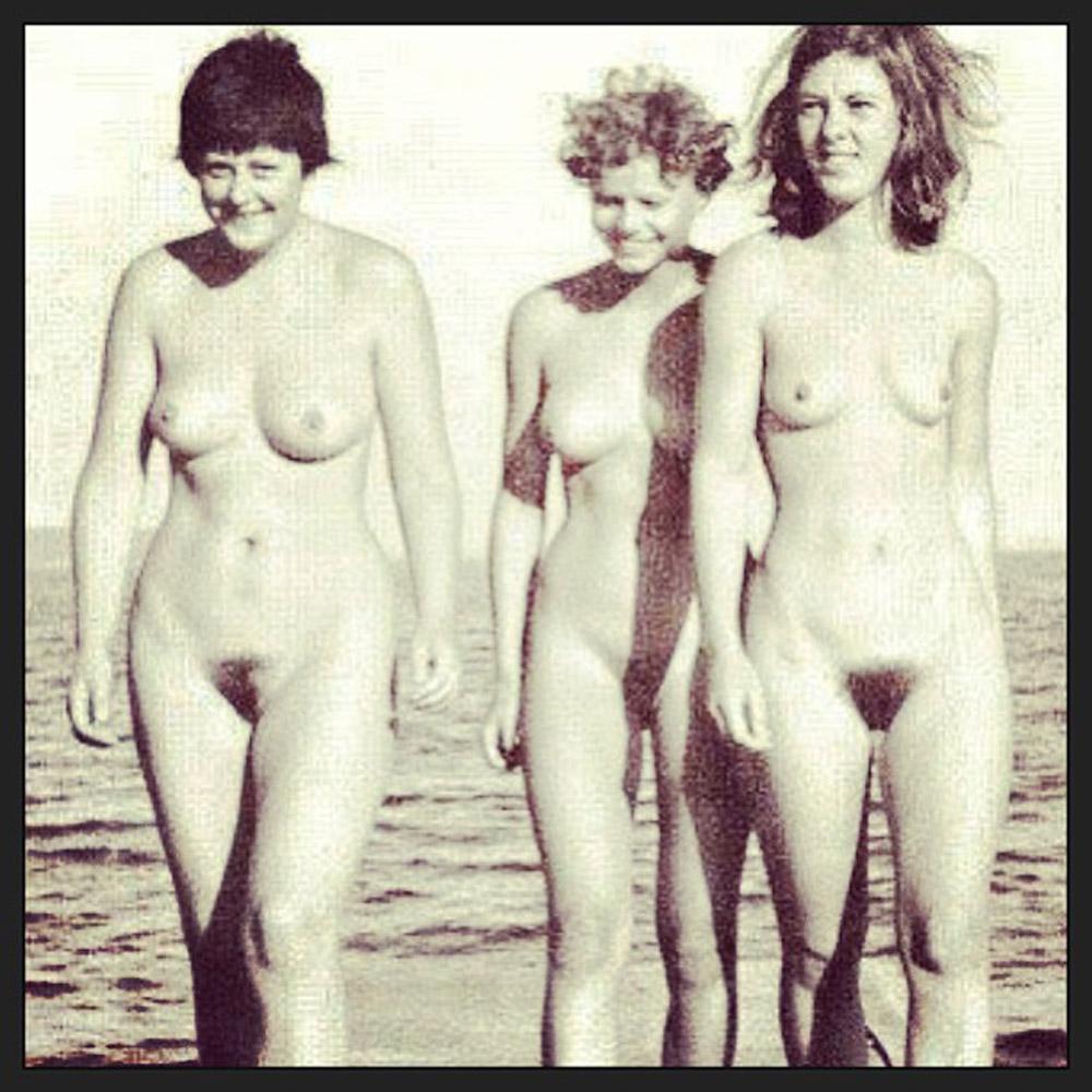 Feuilles de mauvaises herbes filles nues