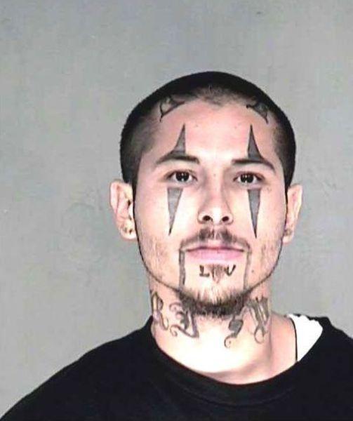 Tatuagem esquisita na cara