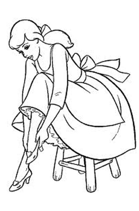 صورة سندريلا وهي ترتدي الحذاء الماسي لتلوين الاطفال