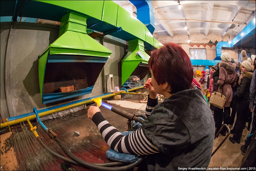 И когда стекло достигает нужной температуры, работник просто дует в трубку, выдувая шар.