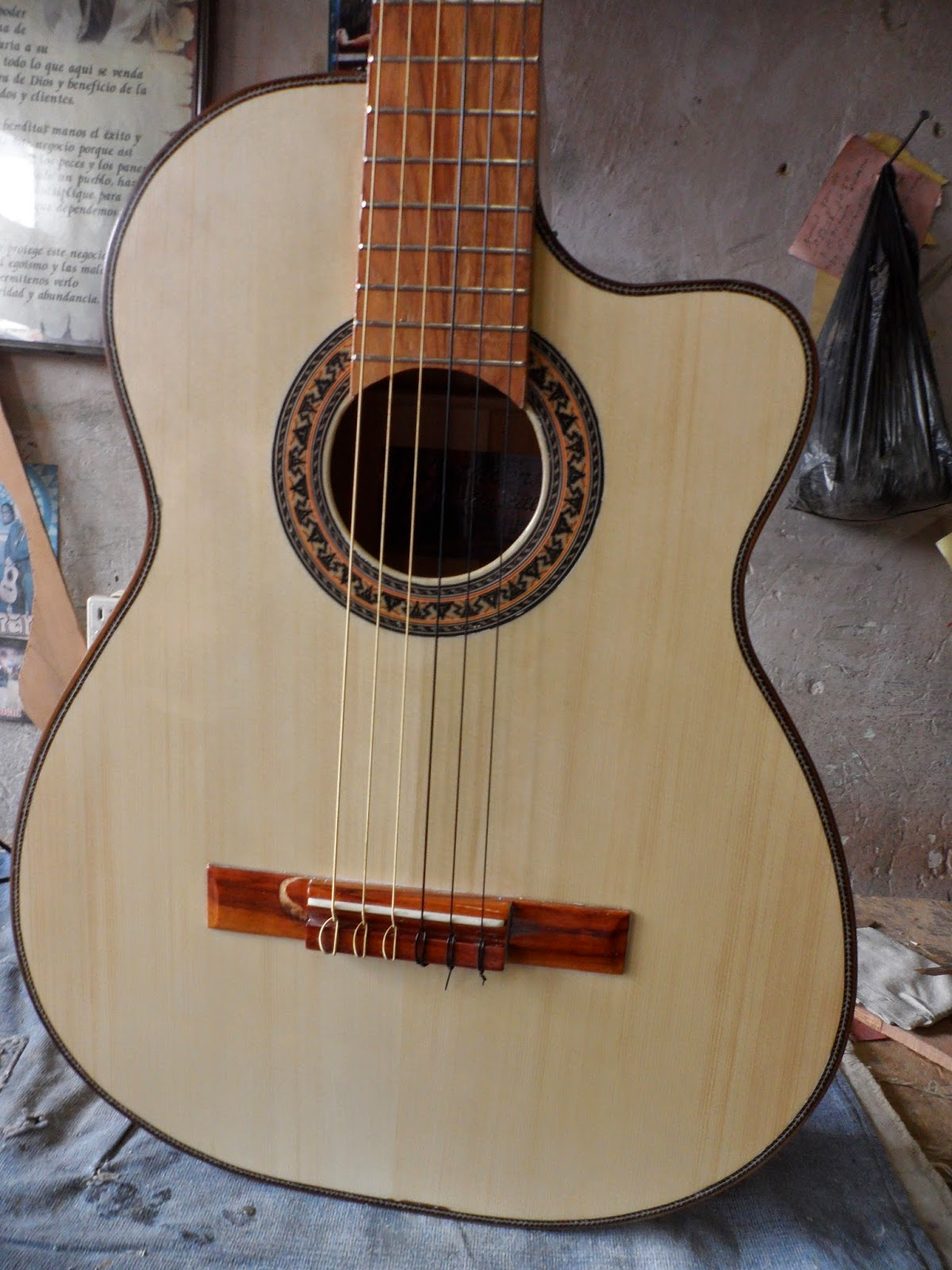 Wilson castillo luthier guitarra clasica for Guitarras de luthier