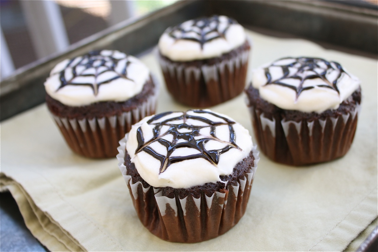 Halloween Cupcake Decorating Ideas Spider Web : The Apple Crate: Spider Web Cupcakes
