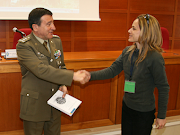 Il Gen. Michele Torres, si congratula con una collega giornalista in missione in aree di crisi.