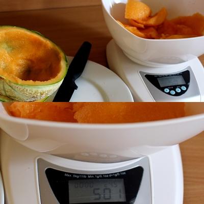 Première étape pour la confiture de melon: peser la chair du melon