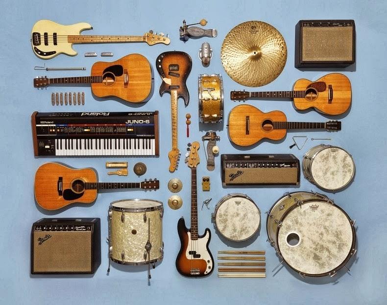 مجموعة من الآلات الموسيقية مرتبة ترتيبا دقيقا وتم تصويرها من أعلى