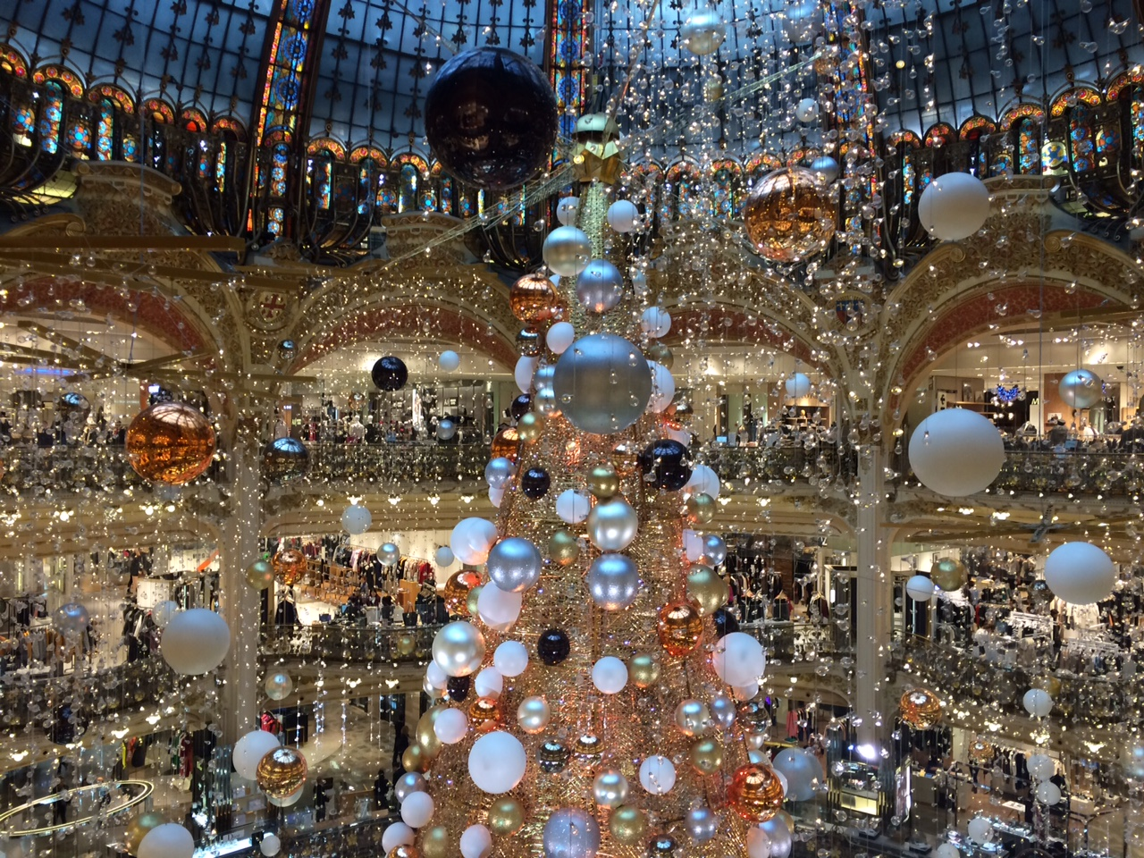 Say oui to paris 2015 holiday decor at galeries lafayette for Parisian christmas decorations home