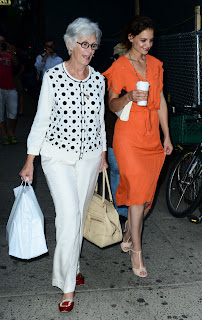 Katie Holmes talking to her mom over a coffee