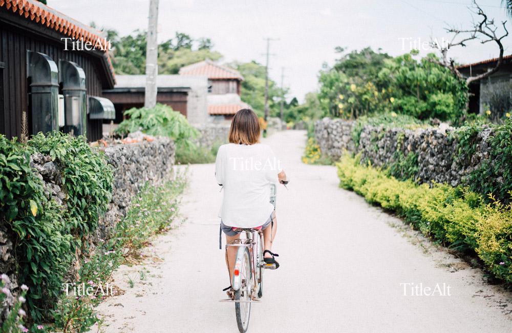 竹富島で自転車に乗っている女性の写真