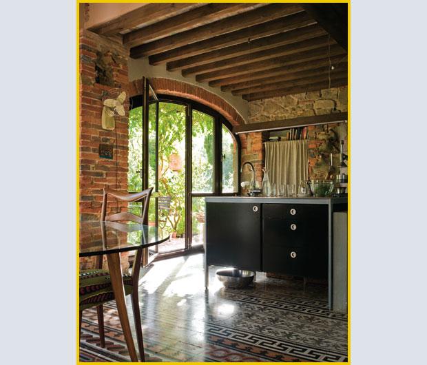Il giardino di fasti floreali case e camere con vista for Arco in mattoni a vista