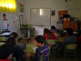 Todos los alumnos del proyecto escribiendo en sus pupitres.