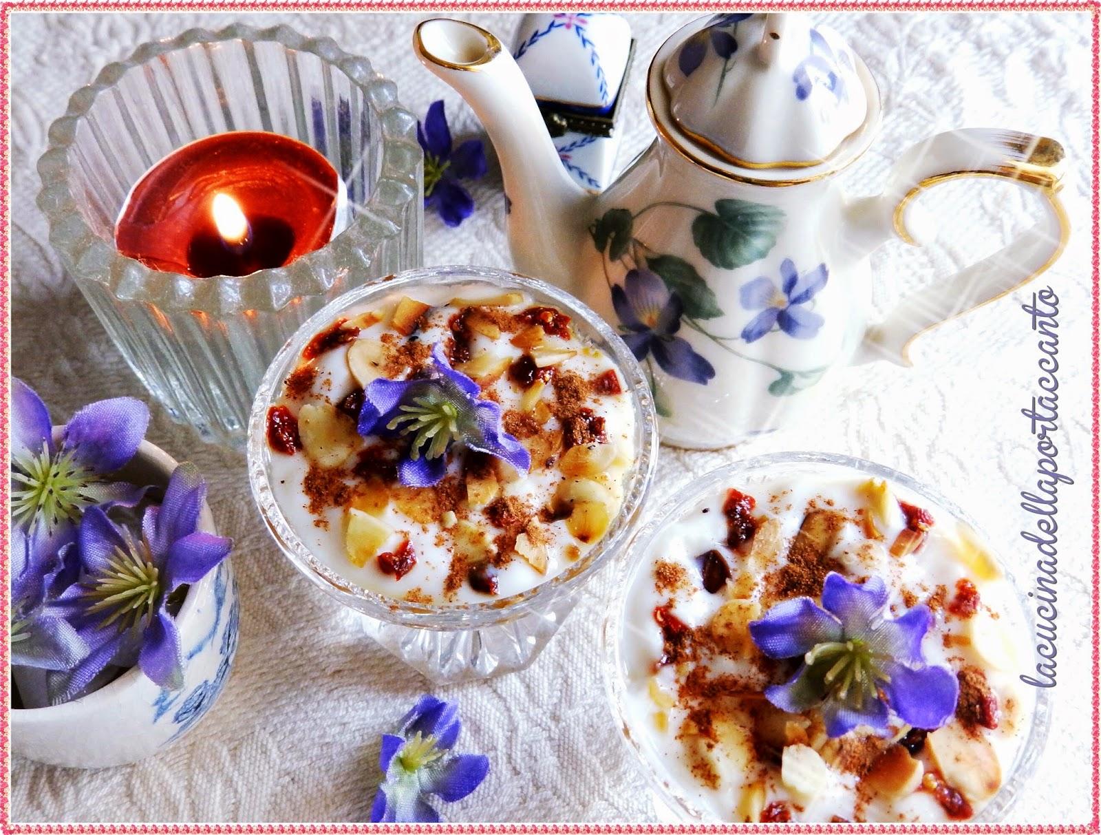 coppette di yogurt di soia con composta di pere e bacche di goji