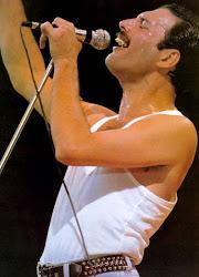Freddie Mercury : Az én szex - szimbólumom a mikrofon.
