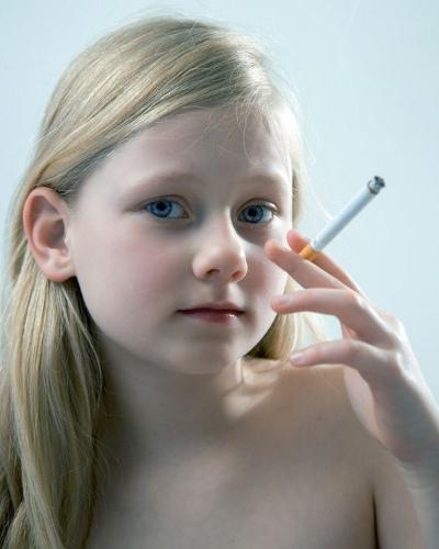 Lille ryger-pige med cigaret