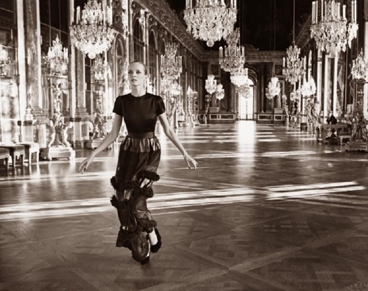 Inez van Lamsweerde e Vinoodh Matadin, 2012, na galeria dos Espelhos no Castelo de Versailles, em vestido da coleção Prêt-à-Porter outono 2012