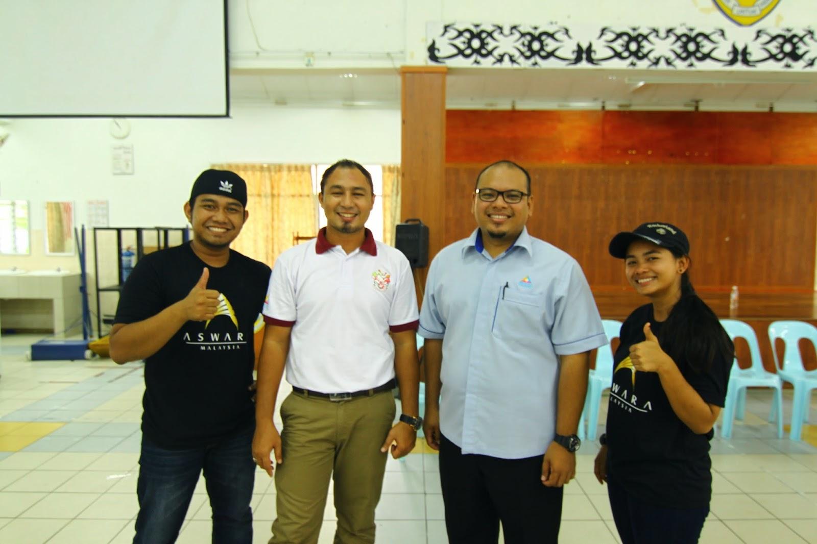 Cikgu Hailmi bersama orang kuat Liga Remaja Kreatif, En Tahir Musa dan pelajar ASWARA, Syafiq dan Farah