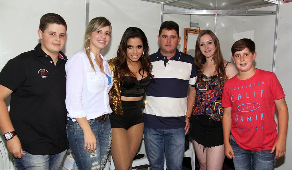 Prefeito Arlei com a primeira-dama Alessandra Rosa e os filhos ao lado da cantora Anitta na segunda noite da Feport