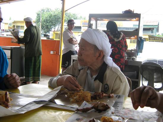 Datuk Nik Aziz Nik Mat Makan Nasi Bungkus