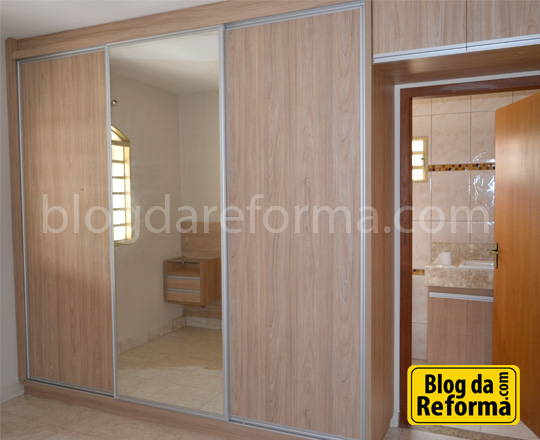 Guarda roupa casal com porta de vidro centralf
