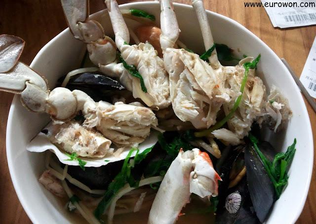 Cangrejos y otros mariscos coreanos preparados para comer