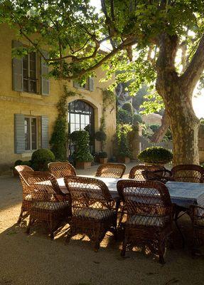 Pretty in provence ellegant home design for Cafe le jardin bell lane london