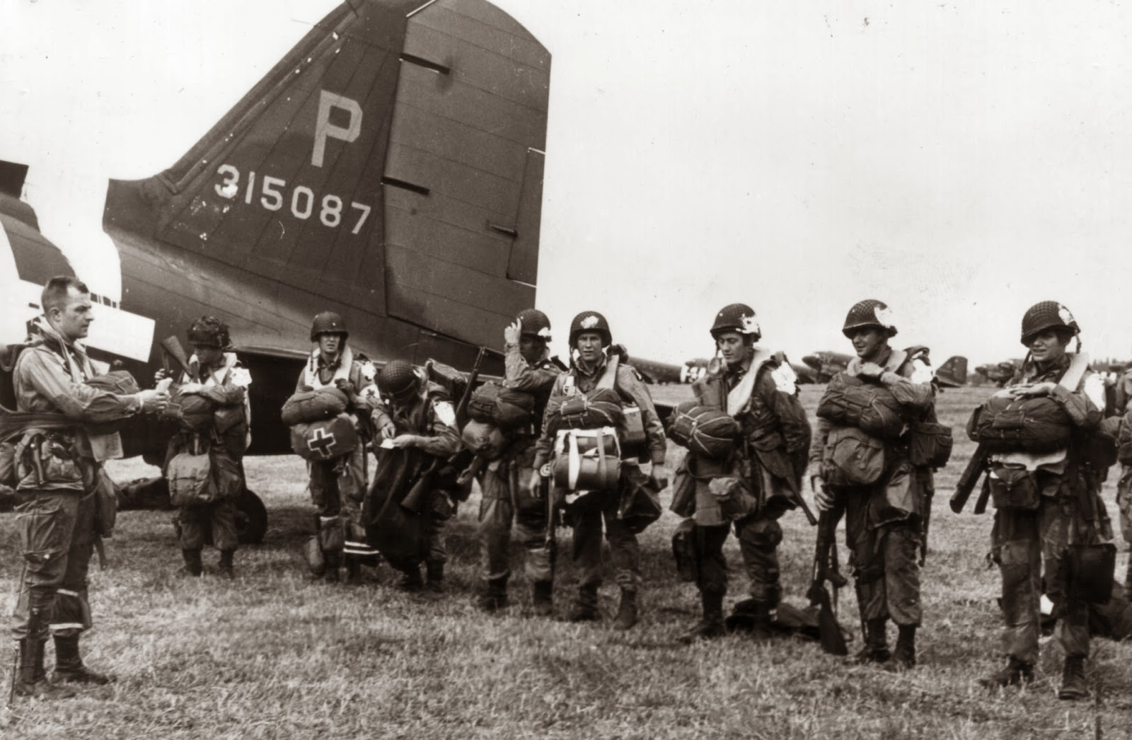 101st-airborne-division-paratroopers