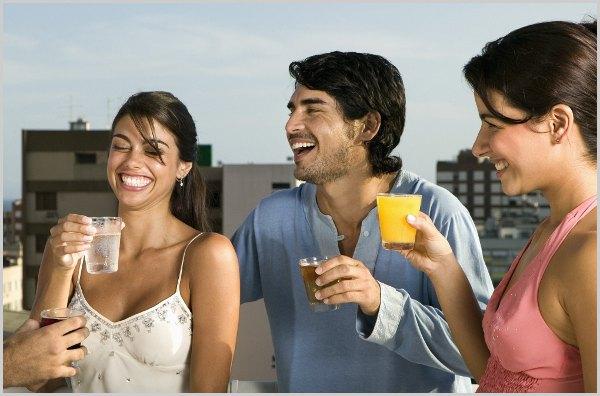 homens e mulheres bebendo como chegar em uma mulher beber reduz o medo de chegar em uma mulher