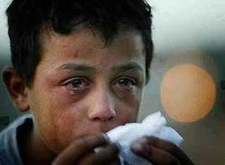 شاهد فقير دق باب يسال عن طعام فتعرض للضرب .. فانتقم الله له .. سبحانك يارب
