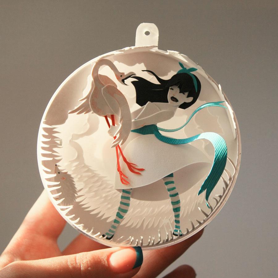 recre a los personajes y escenarios para despus envolverlos dentro de esferas que funcionan como adornos navideos