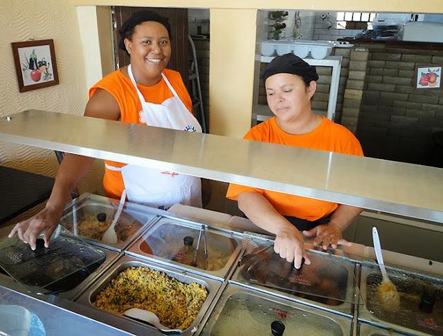 A simpatia de Penha recepcionando no Restaurante dos Sabores, self-service