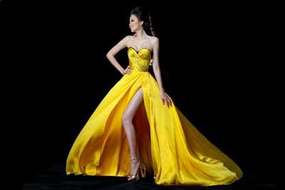 Bộ đầm tiếp tục được xẻ cao và phần cúp ngực được xếp li tỉ mỉ, tôn lên vòng 1 gợi cảm của Diễm Hương.