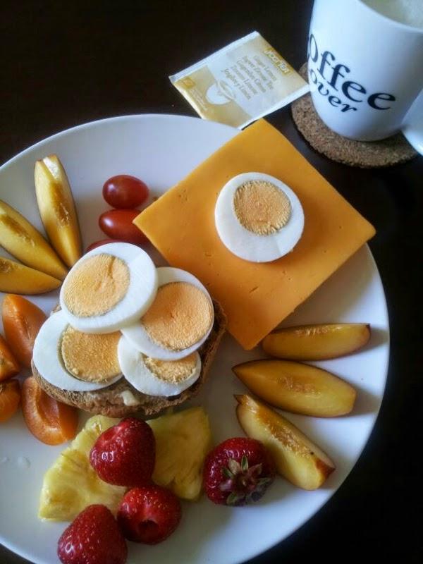 Himbeerprinzesschen Frühstück Ei Obst Erdbeeren Aprikosen Nektarine 12 von 12