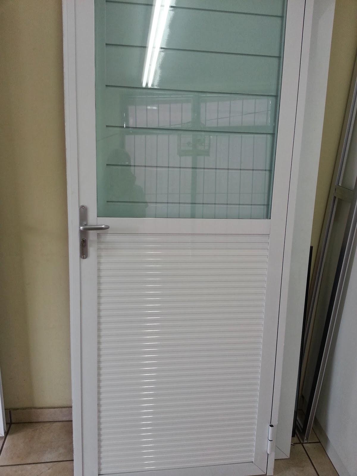 #6F6449 vista de dentro janela de correr com persiana vista de fora janela  974 Porta E Janela De Aluminio Branca