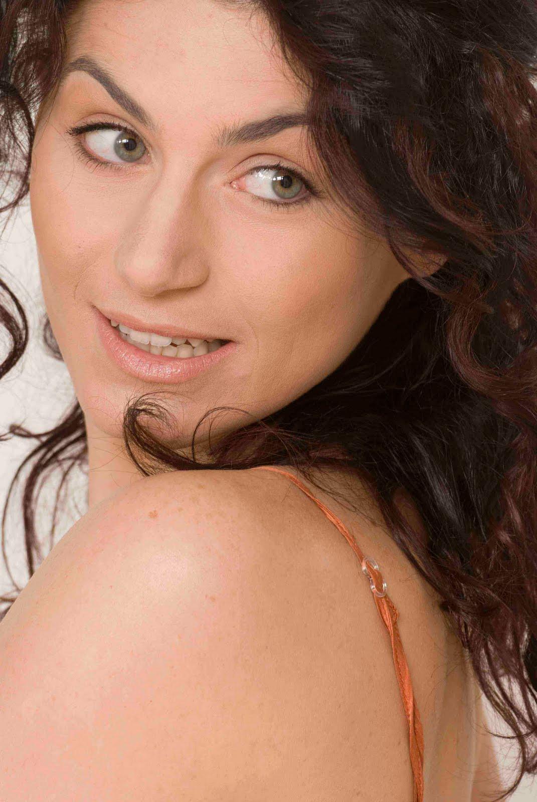 http://2.bp.blogspot.com/-yru3T75lDy8/TVaFgNxVx9I/AAAAAAAAC3A/E9sk3pZ8YdA/s1600/Valeria%2BMonetti2.jpg
