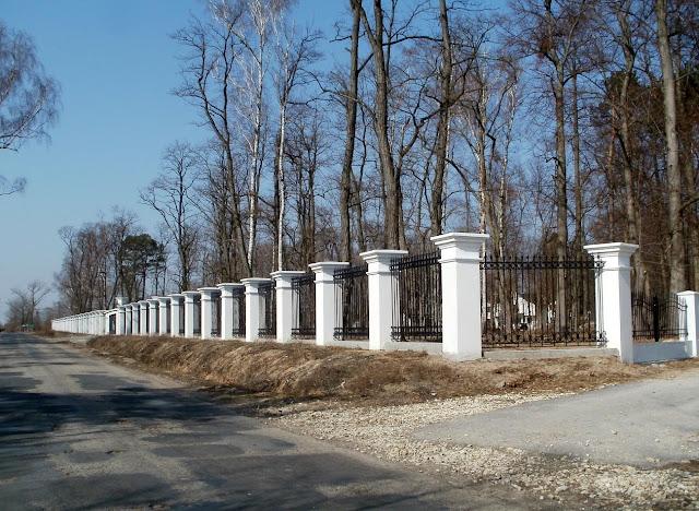 Giełzów, nowe ogrodzenie wzdłuż drogi. Foto. Paweł Kałwiński.