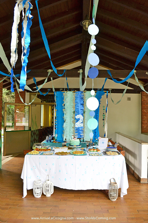 underwater party decorations with crepe paper
