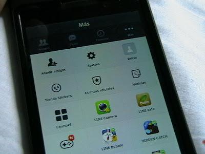 LINE Es el contrincante de WhatsApp está aplicación es mucho más completa y versátil, permite realizar llamadas VoIP a otros usuarios y crear un perfil donde publicar reflexiones personales. y Por si fuera poco, no solo está disponible para iPhone, Android, Windows Phone y BlackBerry, sino que cuenta con una versión escritorio para que la disfrutes desde tu Pc o Mac. Para todos aquellos que no conocen está aplicación, LINE es un servicio de mensajería instantánea Multiplataforma, Está aplicación Incluye todas las funcionalidades clásicas de la mensajería instantánea como los mensajes Multimedia pero además nos ha sorprendido con sus más