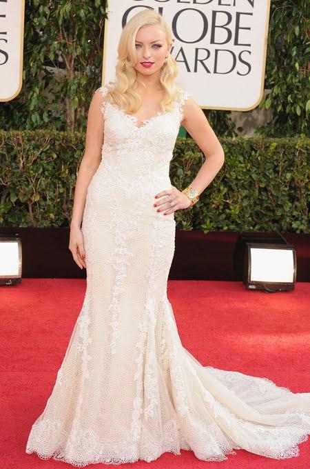 Франческа Истууд в бяла рокля от дантела  Giorgio Armani