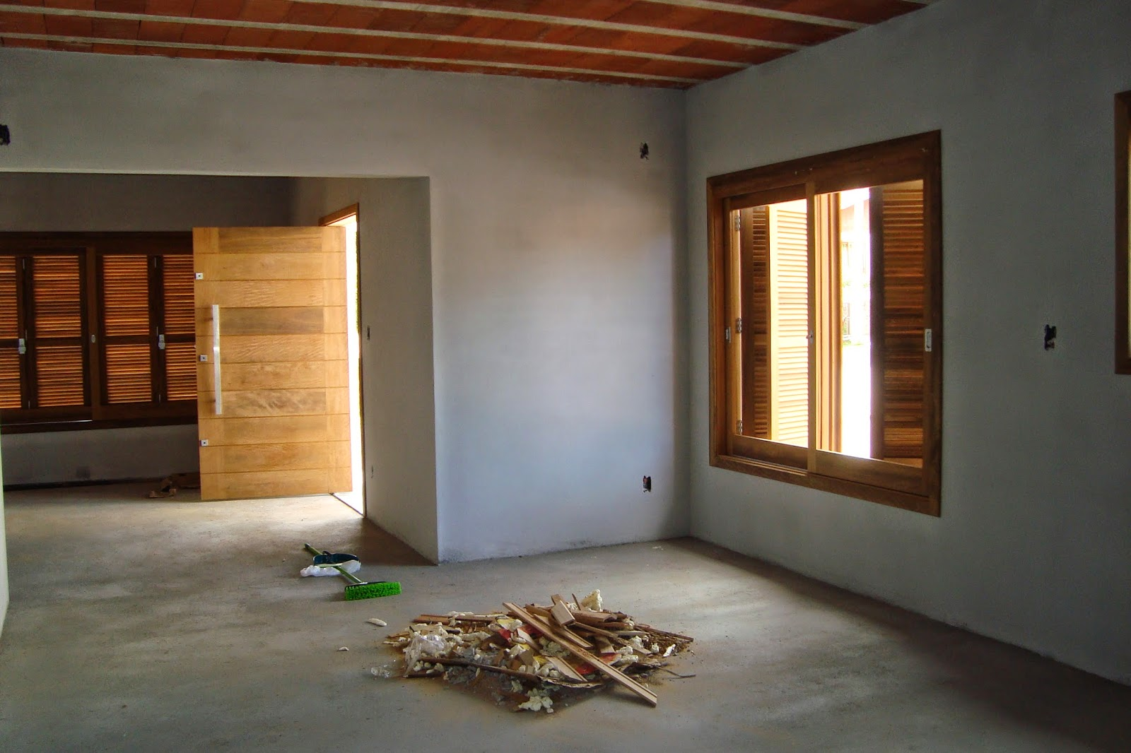 #9F6E2C Uma parte de cozinha e da sala la no fundo e muita sujeira 1600x1066 px Projetos De Casas Com Cozinha Nos Fundos #187 imagens