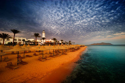 Amanecer en el océano de aguas turquesa en Sharm el Sheikh, Egipto