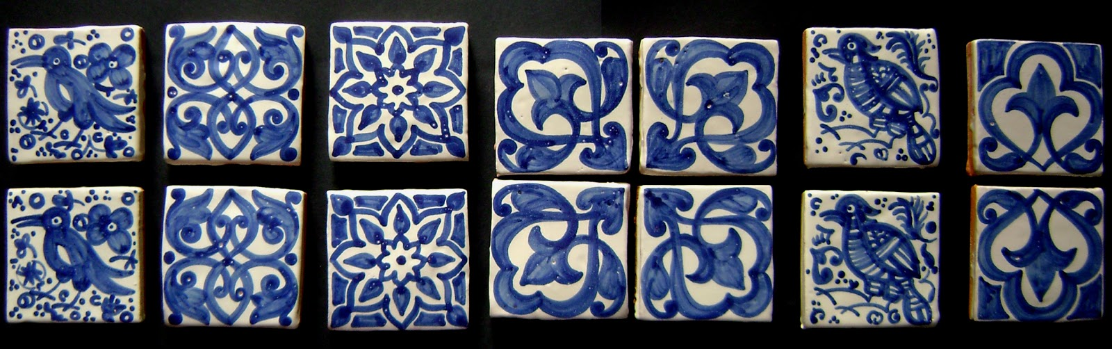 azulejos hechos a mano en barro rojo y esmaltados en siglo xv y decorados en azul cobaltotienen unas medidas de 10x10cm y un grosor de 2cm aproximadamente